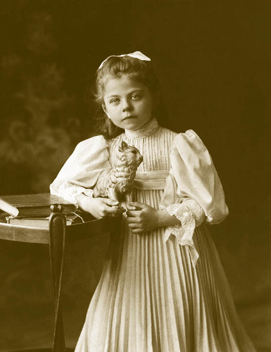 1910~1913年は子供服の大人化の傾向が強くなり、かつて婦人用だった多くのスタイルや生地が子供服の要素になった。第一次世界大戦の際には節約を余儀なくされたため、多くの人があるものを子供向けに縫い直したり、作り直したりしていた。子供のファッションに対する反対もあり、質素さが重視 された。女児向けのワンピースはひざ丈で、ウエストは低かった。Aラインにベルトと子供用サラファンというスタイルだった。