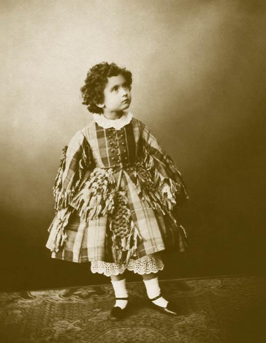 1860年代のロシアの子供服は主に、ファッションの都パリの基準に従っていた。5歳以下の男児と女児の服に大差はなく、どちらもペチコートやブルマーの上にワンピースを着ていた。兄弟姉妹が同じ格好をするのが決まりだった。