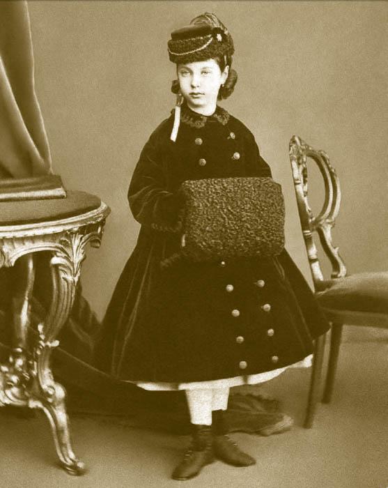 10年間に限り、子供服がスコットランドのタータン・チェックの生地からつくられていた。タフタ、オーガンジー、薄地モスリン、バレージュなどの生地も人気があり、色は白が好まれた。女児は婦人ファッションを真似て、小さなクリノリンも身に付けた。