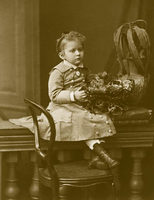 ファッションは1870年代初め、大きな転換期を迎えた。これまでと同様、パリを基準としていたものの、シャルル・フレデリック・ウォルトが 1869年に提案したバッスルを身につけるようになった。これは女性のシルエットを大きく変え、長く続いたクリノリンで大きく広げるドレスの流行は終わった。