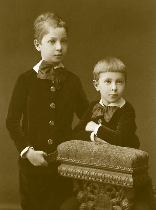ひだのある細いシルエットが流行し始めた。1870年代前半、子供服は主に大人の服を真似た。女児はしばしば、姉や母のお古からつくったドレスを着ていた。ドレスはプリーツ加工で華やかになり、スカートの後ろにはドレープや大きなリボンがついた。