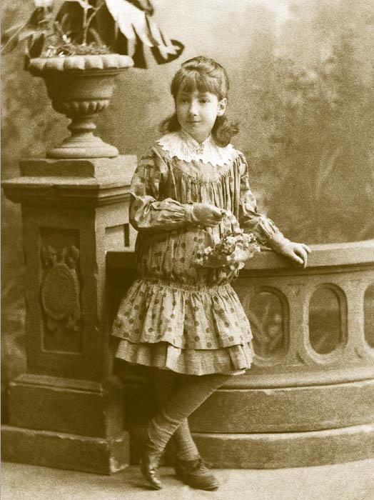 女児のファッションは1880年代に大きく発展した。スタイルは20世紀の婦人用ドレスの流行の形成を感じさせる。この年代には女児用の服に大きな 関心が向けられた。ウエストを下げたプリーツスカートのついた、「プリンセス」スタイルの1枚仕立てのドレスの人気が高かった。ここにはレース加工やイギリス刺繍がほどこされていることが多かった。このスタイルは、ウエストの下がった短いスカートの、1920年代のワンピースのシルエットをうかがわせる。