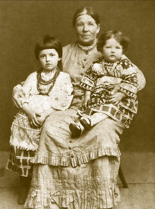 ロシアの民族衣装の影響は、アレクサンドル3世の時代に特によく現れている。ドレスにはしばしばロシア風のクロスステッチが施され、子供のドレスに はクローシェ編みのカラーレースが大人気だった。ロシア風、小ロシア風の子供用ドレスは1880年代、スラヴ派社会で特によく見られた。