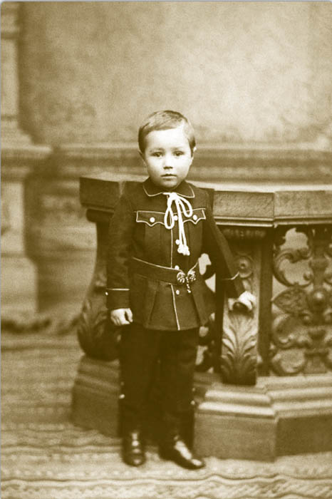 1890年代になると、子供服の変化はより顕著になった。1~4歳の男児は、しばしばわきにロシア風留め具のついた、ウエストの低いワンピースを着ていた。大きな襟のついたセーラー服が特に好まれた。