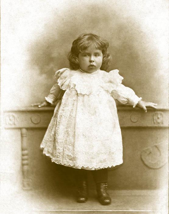 1~2歳の女児は白いゼファーウールの短いワンピースを着ていた。このスタイルはすでに20世紀前半の子供服に似ていた。5歳の女児は、ヨーク、ふっくらとした袖、低い位置に腰帯のついたワンピースを着ていた。