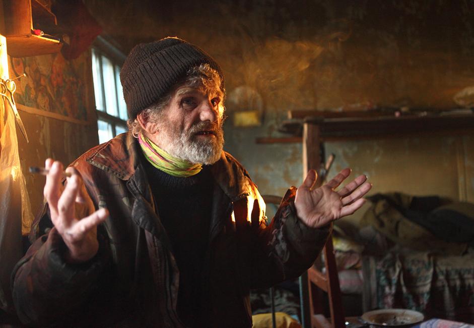Sacha, surnommé « Barbe », vit seul dans une vieille maison d'une entreprise de pêche qui a fait faillite dans les années 1980. Il est venu à Indigirka quand il était un petit garçon et se sent maintenant comme un natif du Nord. Il survit grâce à la pêche, la chasse et la découverte occasionnelle de défenses. L'année dernière, il a abandonné la pêche pour la chasse aux défense, mais la chance n'était pas au rendez-vous.