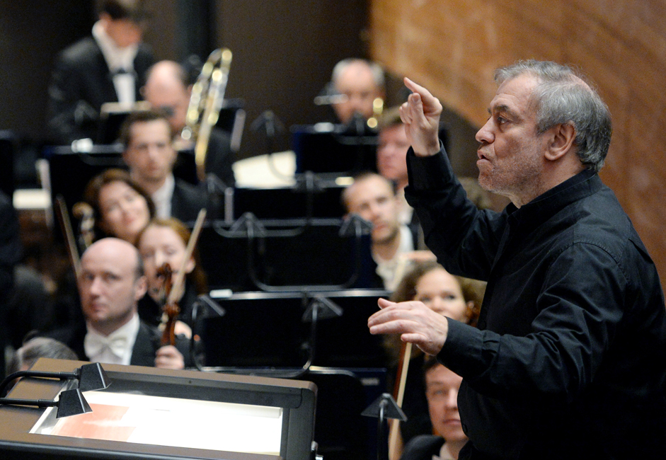 ガラ公演はゲルギエフ芸術監督の60歳の誕生日パーティーと重なり、彼の支持者が、祝賀をリードした。プーチン大統領は祝辞で指揮者を「限りない創造的エネル ギーを持った、素晴らしい、世界に類例のないマエストロ」と呼び、「我々の時代の傑出した音楽家の一人」であると付け加えた。