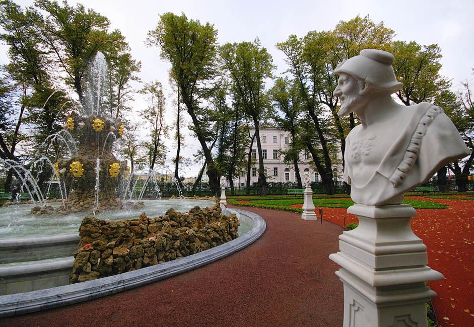 モイカ川、フォンタンカ川とお堀による防御が特徴のインジェネルヌィ城(「技師の城」の意)は、主にロシア皇帝パーヴェル1世時代の作品を収蔵しており、この城の講堂は著名である。ちなみに、パーヴェル1世が暗殺されたのはこの城だ。ここの独特の「夏の庭園」は、修復後、2012年の春に再公開されたが、これは有能な設計士と彫刻家の手 により整備された自然なら、冷たい大理石や御影石によるものと同様に、市が誇ることができる歴史的記念物となりうることを実証している。