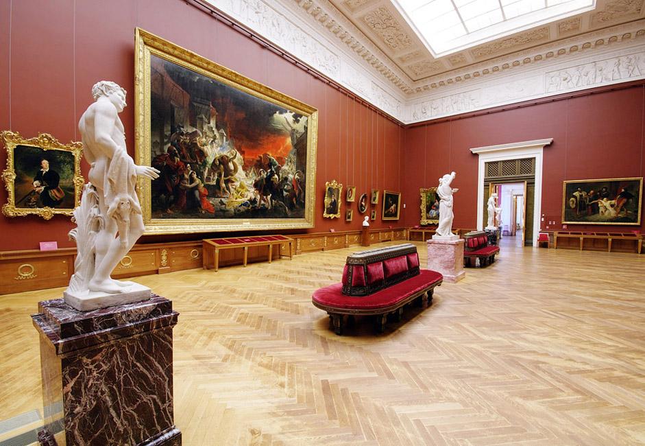 展示品にはブリュローフの『ポンペイ最期の日 』、レーピンの『ヴォルガの舟曳き』や、ヴァスネツォフの『岐路に立つ騎士』といった世界的に有名な絵画がある。その横にはセローフ、バクスト、マレー ヴィチやペトロフ=ヴォトキンなどによる著名な作品が掛けられている。この美術館では10世紀から現在に至るまでのあらゆるジャンル、流行や流派の作品が 網羅されている。それは、あたかもこの美術館がロシア芸術の発展における各時代の百科事典であるかのようだ。