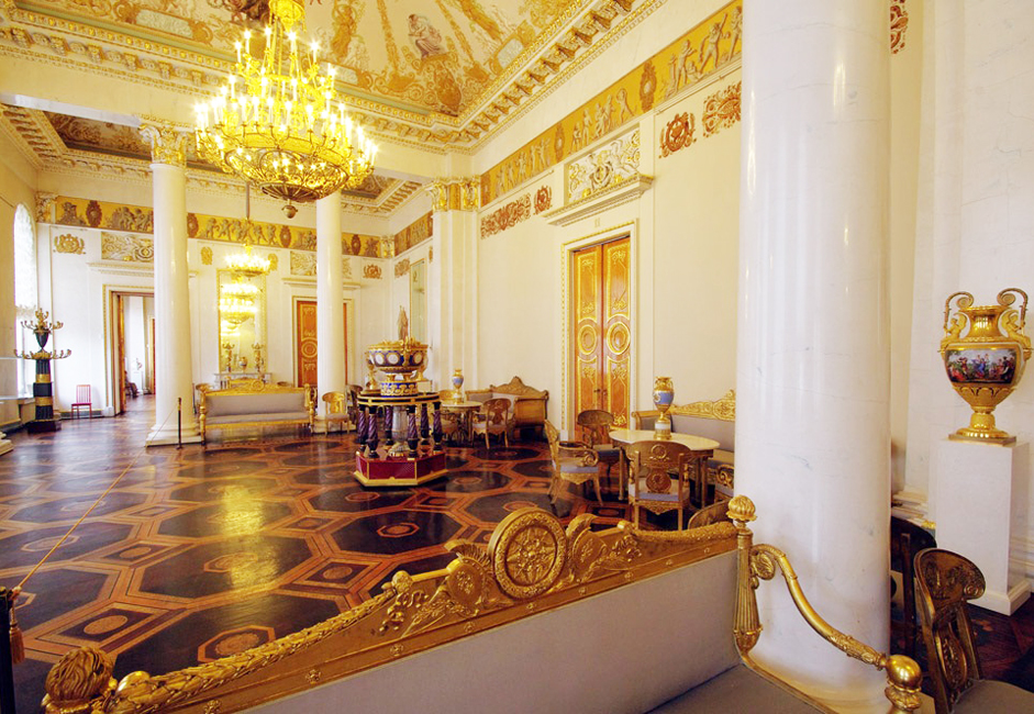 この国の芸術作品がサンクトペテルブルクで展示されるようになるには、モスクワよりも長い時間を要したが、一旦展示されるとすぐに全国的な地位を確立し、市内の壮麗な宮殿内に常設展示されるようになった。