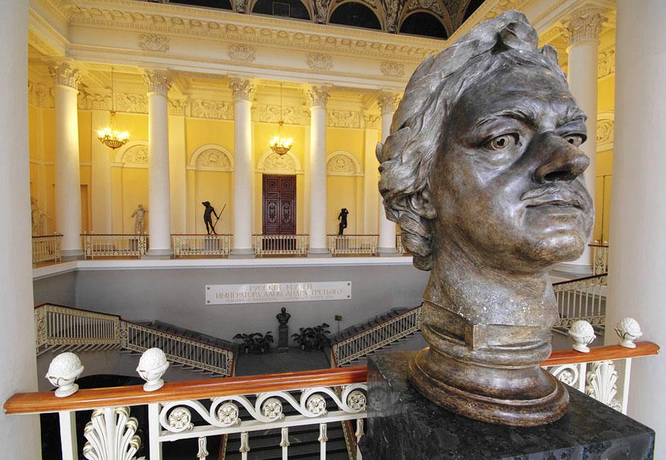 アレクサンドル3世による当初の構想では、ロシア思想を視覚的に具現化することが意図されていた。「進歩的共同体」の言葉が表すその目的は、世界美術におけるロシア美術の卓越した貢献を明示することだった。