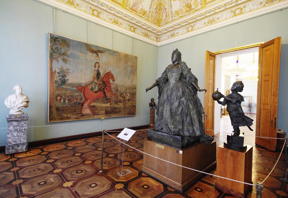 当初の計画では、博覧会は3部から構成されていた。その一つは今上の皇帝の人生に関するもので、2つ目は民族誌学と工芸に関する もの、3つ目が美術を専門とするものであった。しかし、一つ目の展示はすぐに関連性を失い、二つ目の展示は別の美術館へ移動された。一方で、「ロシア皇帝 アレクサンドル3世記念ロシア美術館」は、絵画や彫刻だけでなく、異なる時代に遡る建築的傑作までをもそのコレクションに追加していった。