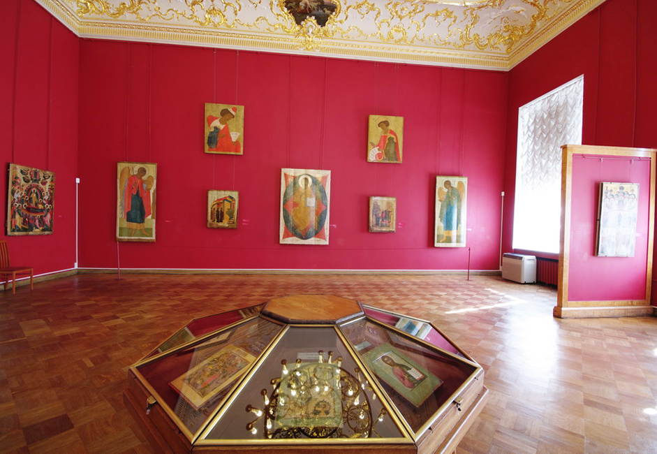 """En 1917, le musée a subi le même sort que les rues, palais et autres sites municipaux de Saint-Pétersbourg: toute mention du tsar a été retirée et le nom a été réduit à seulement deux mots : """"Musée Russe"""". Curieusement, le bouleversement national a contribué à reconstituer la collection."""