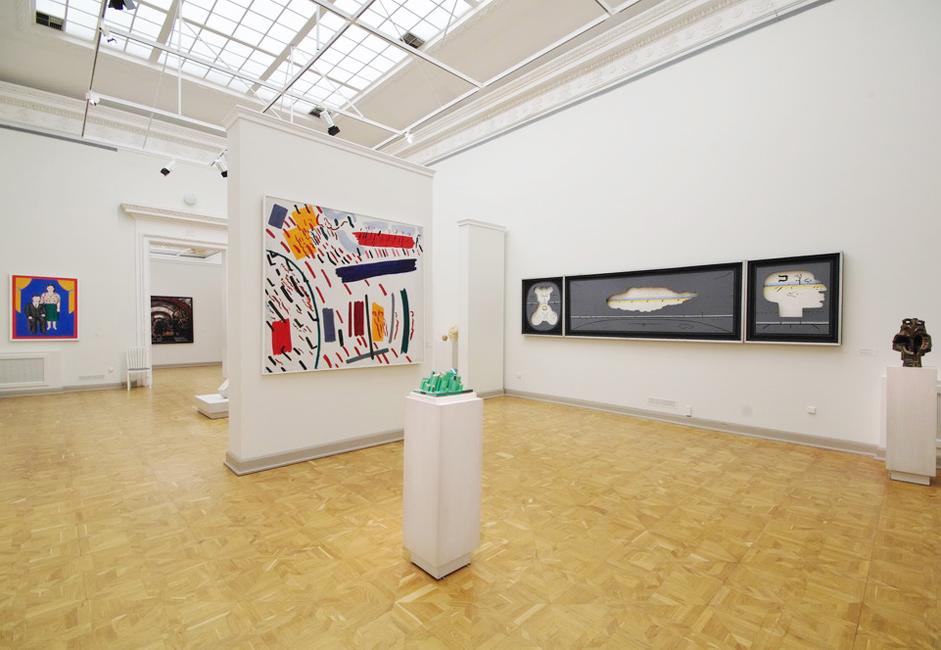 十月革命の2年後には、館長で建築家のレオンティ・パーヴロヴィチ・ベノワを記念して、「ベノワ翼」が一般公開された。1910〜 1912年に臨時展示用のパビリオンとして構想されたこの翼は、1932年にロシア美術館の現代美術部門の専門展示空間にされた。