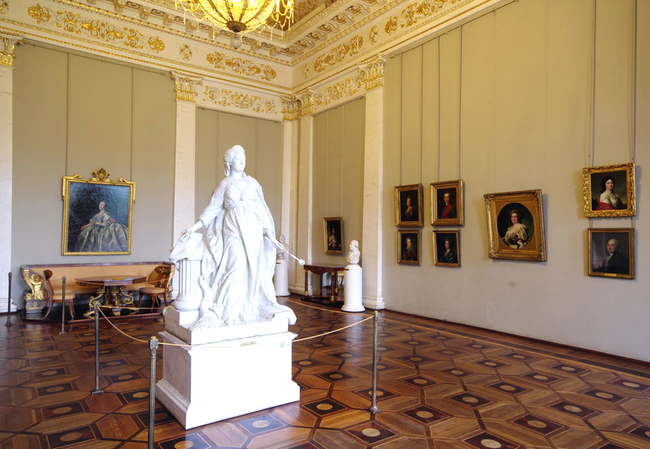 ロシア美術館は、この都市全体への供給網を脅かしたレニングラード包囲戦による影響を免れることはできなかった。しかし、数人の 献身的な従業員のおかげで、ほとんどの収蔵品は全く損傷を受けることがなかった。最も貴重な収蔵品はペルミへと運び出された。美術館に残った収蔵品は、美 術館の地下や倉庫に隠された。一方で一連の彫刻作品群である「アンナ・ヨアノヴナと黒人の男の子」は裏庭に埋められた。