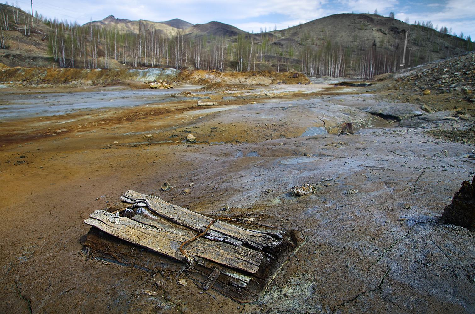 """「1年以上に渡り、私はこの""""もっとも汚染された街""""を研究した。地球人の活動がもたらした結果を社会に見せることが、この(撮影)プロジェクトの目的だ。プロジェクトではカラバシュ市だけでなく、人の手によって汚されたロシアの他の地域も扱って行きたい」と写真家のセルゲイ・コリャスキン氏は話す。 プロジェクトは大規模で、差し迫った問題をぶつけている。"""