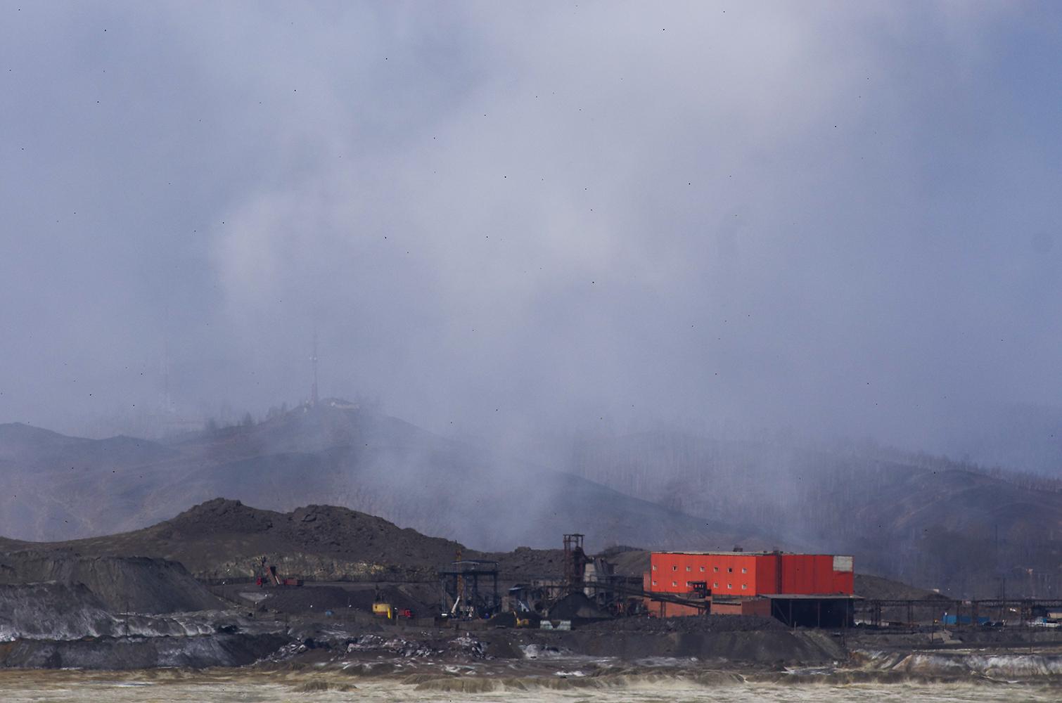 鉱石に含まれる銅は1%以下。銅1トンを採取するために、100トンの岩を加工しなければならない。銅採取後には、数千トンものスライムが残る。スライムは工場近くに廃棄され、廃石バンクができあがる。