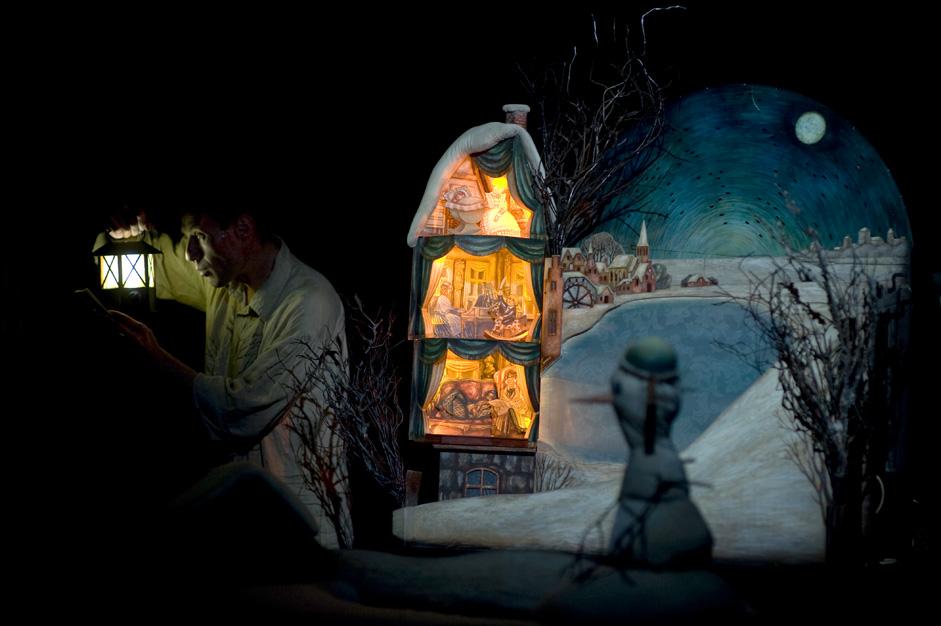 トリリカは、M.N.エルモロワ博物館のホワイト・ホールで、すでに10年以上も定期的に人形劇を上演している。ホワイト・ホールには毎週土曜日、大きなカバンを抱えた夫妻がやってきて、小さな舞台をつくり、照明を設置し、人形劇を始める。