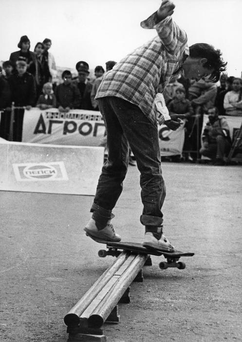 ソ連時代のスケートボーディングの起源は1970年代後半まで遡る。西側諸国の若者たちが興じる風変わりな趣味にメディアが手短に触れることはよくあったが、スケートボードはこの国に少数しか輸入されなかった。