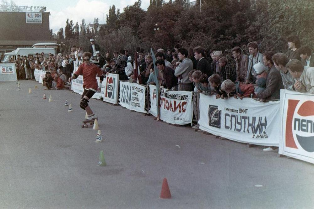 服装に関してはストリートスタイルが流行だったが、多くのスケーターたちは単に最もスケートしやすい服を着ていた。それは大型のTシャツ、だぶだぶのズボ ン、スラックスなどというものだったが、そのほとんどは古着だった。1992年以前は、特製のスケートボード用シューズというものさえもが存在しなかった 。
