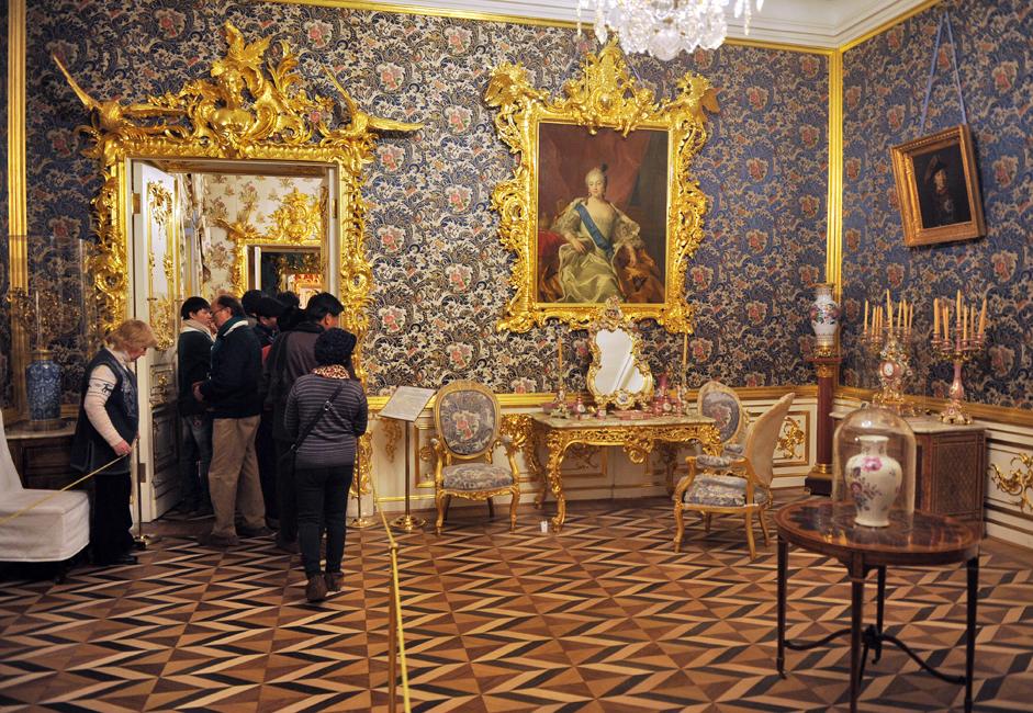 建設後200年は、ロシア皇室の夏の離宮として、その役割を果たしてきた。18世紀と19世紀には、この都市は、栄華に満ちたレセプション、盛大な祝賀会、舞踏会、コンサートや仮装舞踏会の舞台となった。