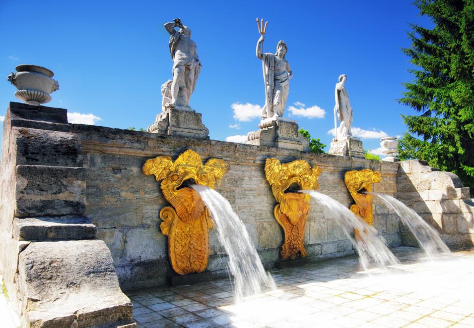 ペテルゴフの宮殿と庭園のアンサンブルには上の庭園と下の公園があり、150もの噴水が、強力なジェット状の水を噴き上げ、4つ のカスケードがまばゆく流れる。ペテルゴフの水供給システムは常時稼働することができ、それに匹敵するものはない。自然に盛り上がった高さ16メートルの 丘の頂点には大宮殿がそびえ立ち、ラストレリによって設計された宮殿アンサンブルの中心を成している。