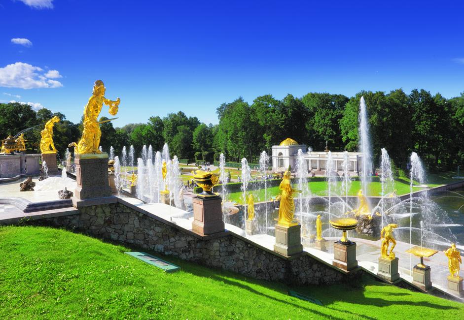 宮殿の高雅なディスプレイにより、来訪者はロシア帝室の豪奢な広間、大広間や寝室を垣間見ることができる。宮殿のすぐ下では、サ ムソン像の噴水を含む、銀色に噴き上がる噴水と金色の彫刻が列を成し、見学者はその盛観を満喫できる。段状の小滝を流れ落ちていく水は、フィンランド湾に 流入する。
