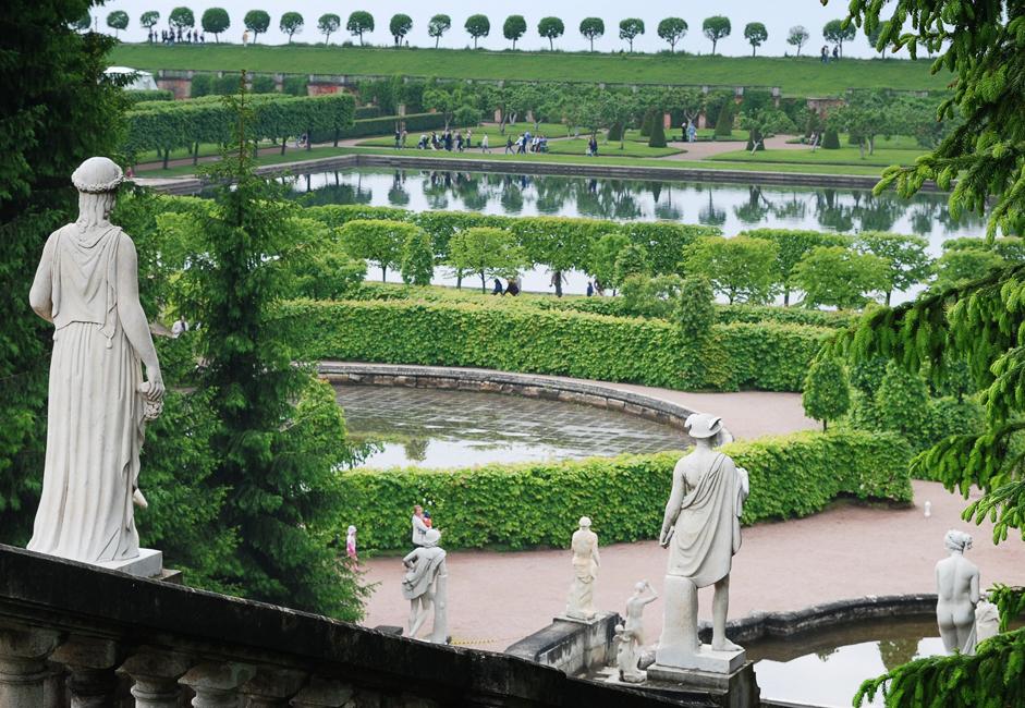 この庭園には植木の迷路や凝った装飾が施された鉄製の歩行者用の橋があり、パビリオンやあずまやもいくつもある。公園のパビリオ ンは指定日に一般公開され、入場料は宮殿への入場とは別途となる。すべてが公開されているのは週末だけだ。
