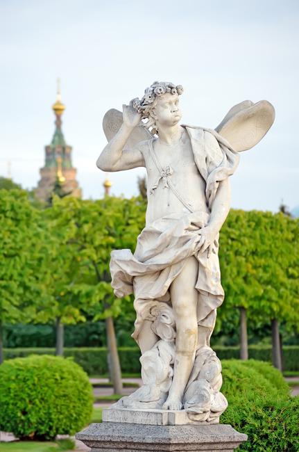 """緑の豊かな公園では、モンプレジ-ル小宮殿、小さな紅白の""""隠れ家""""(エルミタージュ)、マルリ宮殿(ピョートル大帝自身が造った木 製の彫刻入りの机が収められている)など、一見の価値のあるものがたくさんあり、大宮殿よりも雰囲気に富んでいる。"""