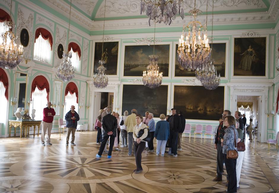 この宮殿は第二次世界大戦中、ナチス・ドイツによって占拠され、多大なダメージを被った。その綿密な修復作業は、この地域の人々 が誇りにしている。まぶしいほど輝かしい照明とロマノフ家の肖像画が特徴の玉座の間、その隣にある女官の間、そして精巧な木製の床が特徴の、西の 中華風書斎が見どころだ。