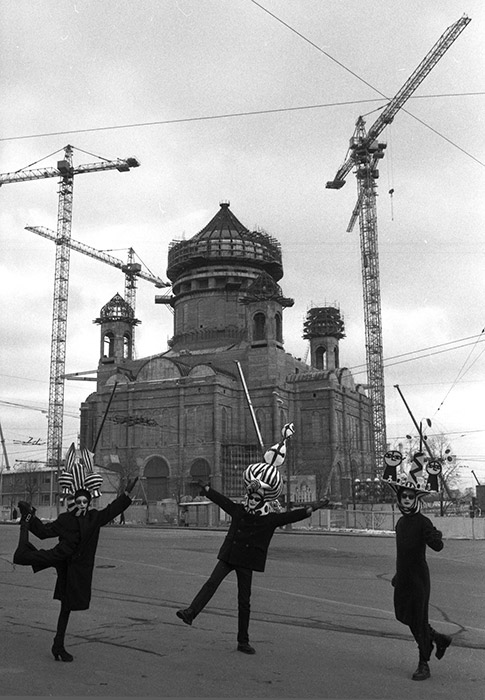 Moscow Stories. XX century is made of 280 photographs of 50 leading Moscow photographers. The works of the recognized masters of genre and street photography, urban landscape and architectural photography have been collected.// Dancing in front of the construction, 1996.