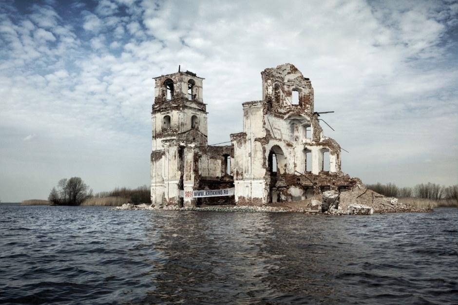 キリスト降誕教会は、18世紀の終わりにクロヒノ集落に建てられた。1960年代初頭、クロヒノは深いヴォルガ・バルト水路の建設時に浸水域になった。ベロ エ湖の水位は、船舶に必要な深さを確保するために上昇し、古い村とその歴史の一切が水に覆われ・・・