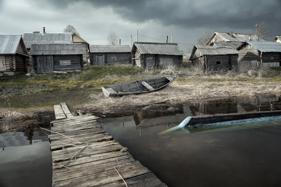 ベロゼルスクは、オネガ湖―白海の交易路沿いに位置していたものの、古くから僻遠の地とされてきた。亭主が再婚するために、邪魔な女房を シェクスナ川のほとりにある、1544年創建のゴリツキー修道院へ送る習慣があったが、これは偶然ではない。