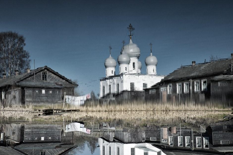 ベロエ湖周辺の土地は、ベロゼリエと呼ばれている。この地はロシア北部に属し、キリロフ、フェラポントフ、ゴリツキーなど多くの修道院で有名だ。雄大なキリロ・ベロゼルスキー修道院は、非常に豊かな歴史を有しており、1919年に州の保護下に置かれ、1924年には博物館として認定された。