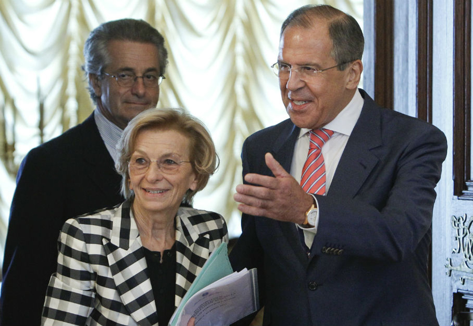 Russian Foreign Minister Sergei Lavrov (R) invites his Italian counterpart Emma Bonino for talks in Moscow.
