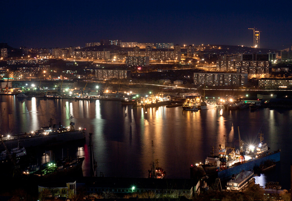 À Vladivostok, tout ce qui n'est pas directement lié à la mer reste néanmoins sous l'influence de sa présence. Parmi les sites les plus populaires de la ville, on trouve l'océanarium ; la zone de conservation marine, le musée du sous-marin S-56 sur la digue Korabelnaya, et la bateau mémorial Krasny Vympel.