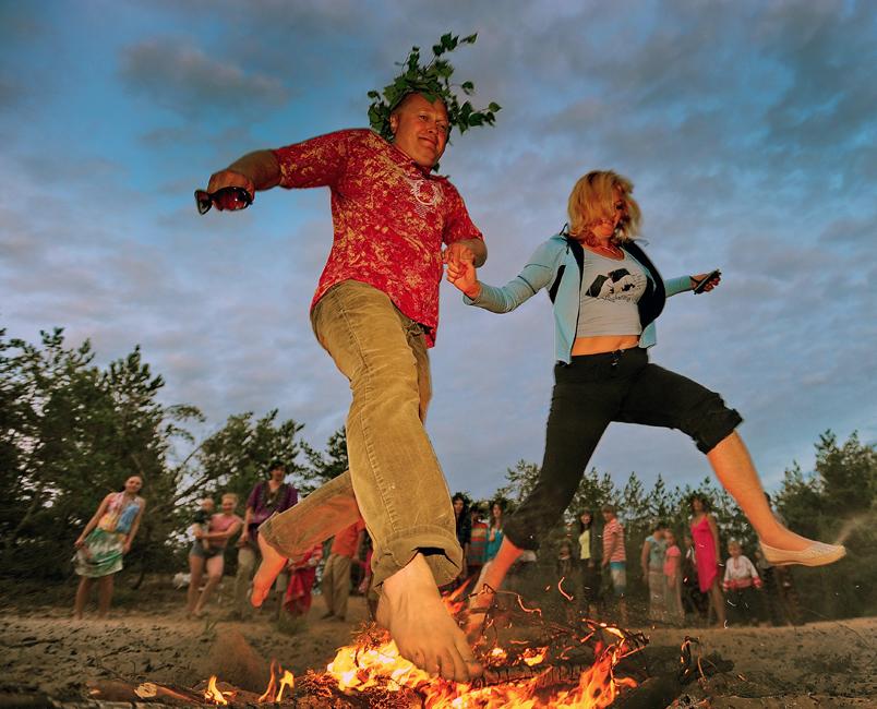 イワン・クパーラ祭の夜の主な特徴は、清めるための焚火だった。人々は焚火の周りを踊り、飛び越えていた。最も高い焚火を飛び越えた人が、最も幸せな人であると考えられた。