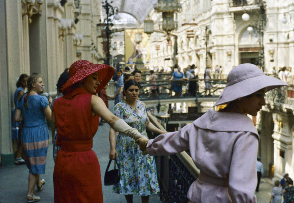 The first Dior models landed in Moscow in June of 1959 and they made quite the impression. Twelve French models dressed in Dior and Yves Saint-Laurent gowns taking pictures on the Red Square and in GUM's halls - that is what really evoked the genuine interest of Soviet women.