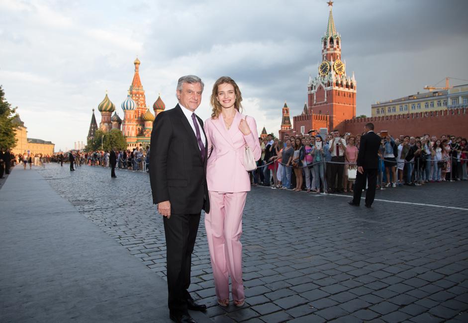 ディオールの社長、シドニー・トレダノはロシア人モデルのナタリア・ヴォディアノワなど、世界最高のファッショニスタ数人とともに現れた。