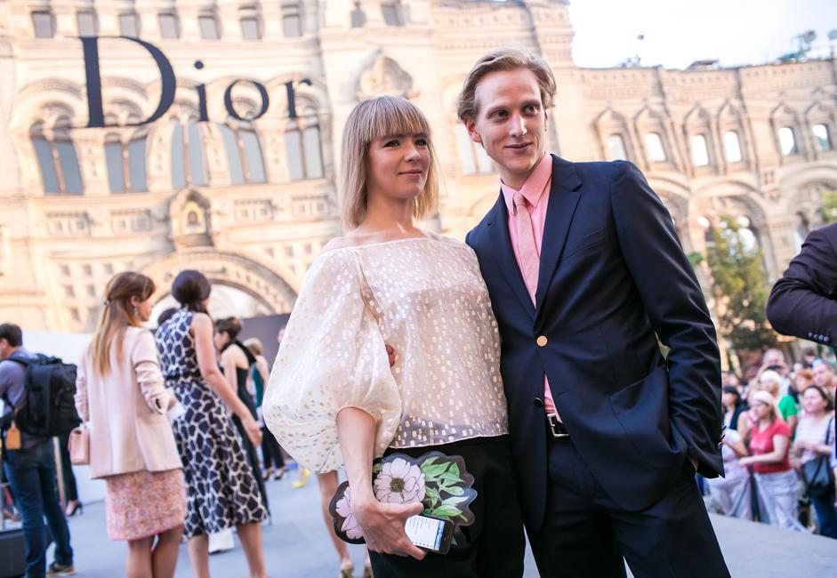 ディオールのショー前、ロシア人デザイナーのヴィーカ・ガジンスカヤと友人。