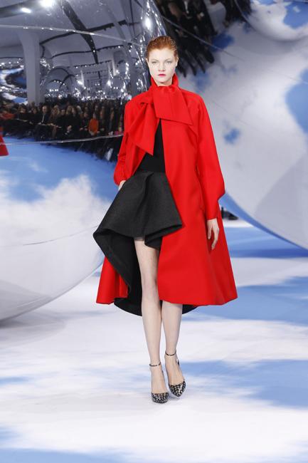 黒のカシミヤセーターと黒いシルクのスカートと組み合わせた、赤のウールで出来た「アリゾナ1948年」コート。
