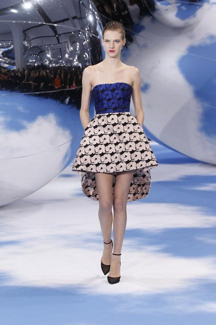 淡いピンクのシルクのスカートと組み合わたコバルトブルーのシルクのビスチェ。