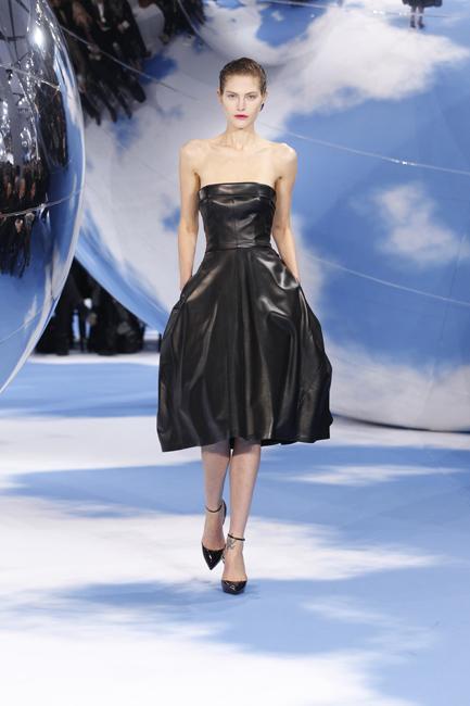黒い革製の「オペラブッファ1949年」ビスチェドレス。