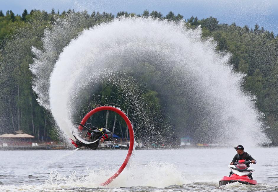 フライボードとは空中を進むウォーターボードで、水上でありながらも空中にいるという忘れがたい開放感を与えてくれるものだ。