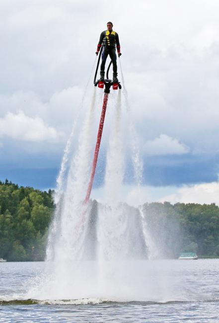 フライボードに乗って水上9メートルにまで上昇したり、イルカのように水中にダイビングしたりして、スーパーマンのような気分になれる。