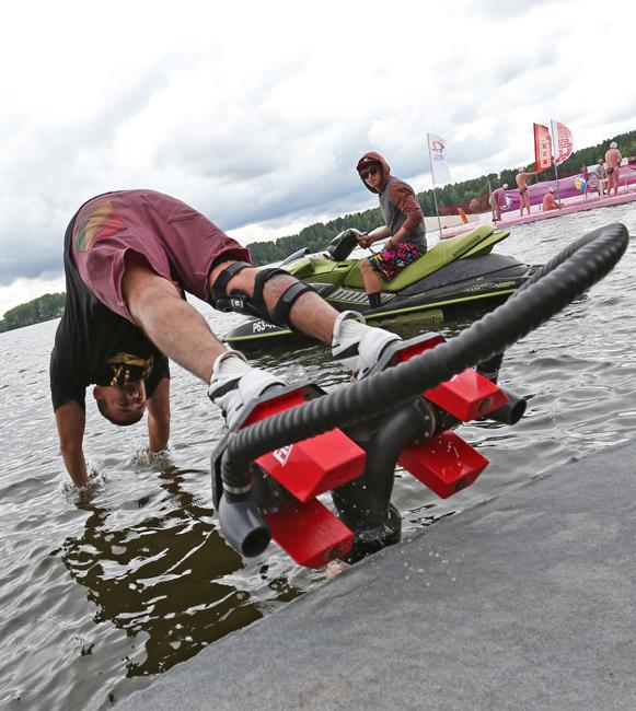 フライボードは2足の水圧ブーツと手動のスタビライザーで構成される。これらの構成部品は、ジェット状に加圧された水を送り込む金属製配管を含む長い柔軟性のあるホースを伝って、水上バイクのようなフレームに接続されている。