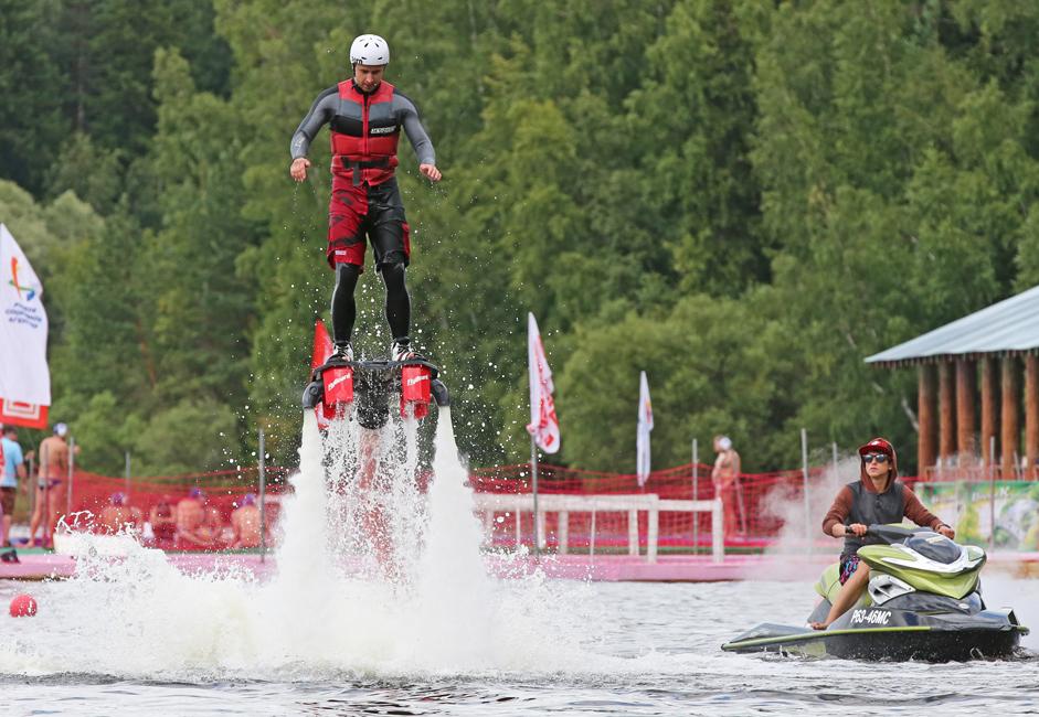 奇抜、独特で、少々気違いじみたこの水上スポーツは、フランス人のアドレナリン・ジャンキーで、水上バイク選手権の優勝歴を持つフランキー・ザパタ氏が発案したものだ。