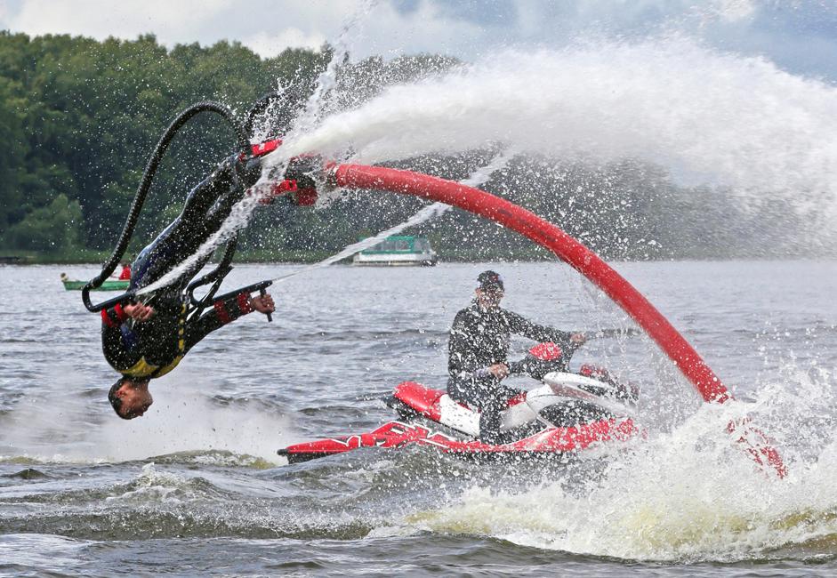 このフライボード上では、乗り手があらゆる体操の妙技や曲芸のような離れ技を行うことができるので、これはもしかすると、新たなフリースタイルの水上アクロバット競技へと発展する可能性を秘めているかもしれない。