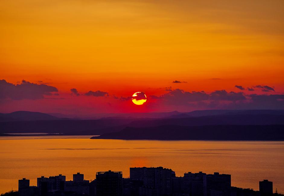 Vladivostok est une ville dynamique qui allie l'ancien et le moderne. La ville est bâtie sur plusieurs montagnes pointues qui surgissent de la mer comme des chutes d'eau glacées.