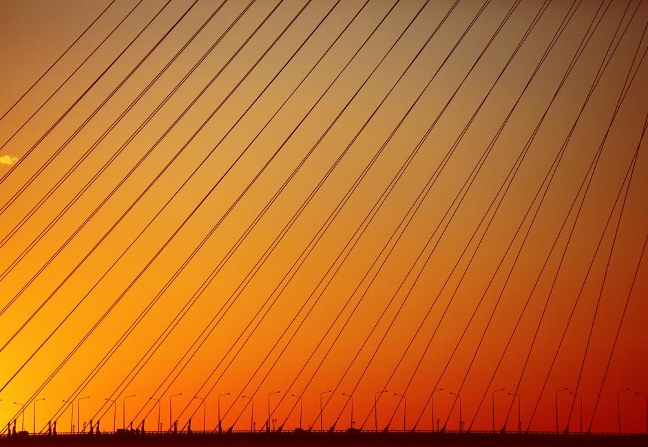Le nouveau pont Rousski, actuellement le pont à haubans le plus large du monde, surplombe la mer et relie Vladivostok à l'île voisine Rousski qui a accueilli le sommet de l'APEC l'an dernier.